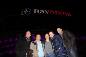 Der Vereinsvorstand vor der BayArena in lila